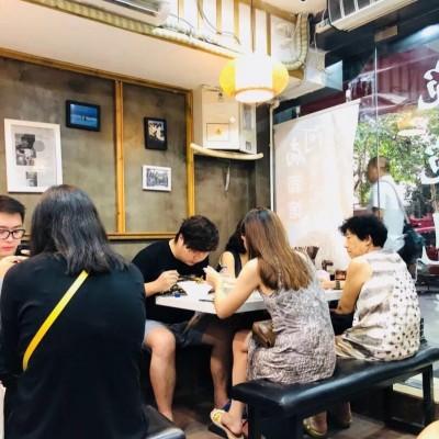 长宁中山公园零距离,十字路口沿街门面,客流量大,餐饮业态不限